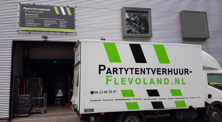 De bezorgbus van Partytentverhuur Flevoland brengt uw partytent naar u toe
