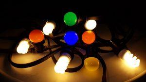 Gekleurde lampen afgewisseld met helder lampen voor extra sfeer